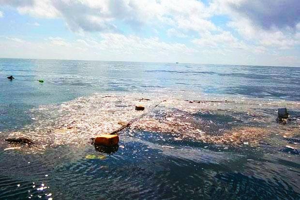 A garbage island is found off Koh Talu in Bang Saphan district, Prachuap Khiri Khan. (Photo from Siam Marine Rehabilitation Foundation)