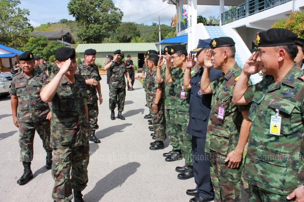 Chief peace negotiator Gen Aksara Kerdphol exchanges salutes with a military team at Ingkhayutthabariharn army camp, Pattani. (Post Today file photo)