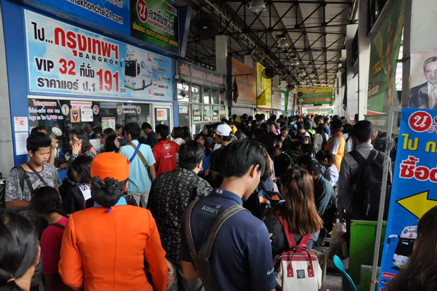 Songkran travellers flock to the bus terminal of Nakhon Ratchasima province to buy tickets to Bangkok as the Thai New Year holidays nearly ended on Sunday. (Photo by Prasit Tangprasert)