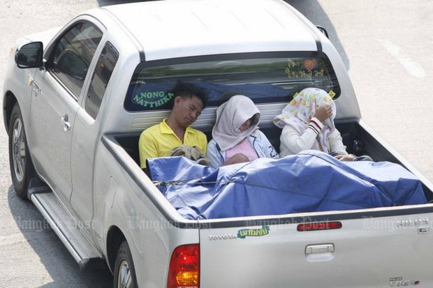 Sleeping or just riding in the back of pickups will remain legal indefinitely under the government's plans to 'ask' police to halt attempts to enforce a ban. (Bangkok Post file photo)