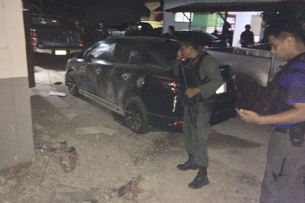 Security authorities check the damage at an attacked police residential area in Narathiwat province Wednesday night. (Photo of the Internal Security Operations Command)