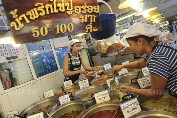 Clearing all food vendors from all pavements robs workers of the chance for affordable food. (File photo by Patipat Janthong)