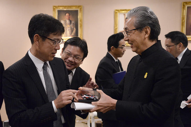 Deputy Prime Minister Somkid Jatusripitak (right) meets Shinya Kotera, managing officer of Toyota Motor on Monday. (Photo courtesy of the Government House)