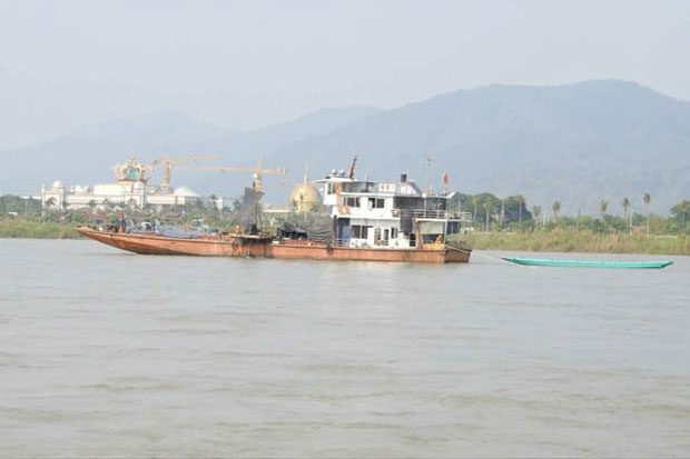 A Chinese boat collects samples of the bed of the Mekong River in Chiang Saen district of Chiang Rai on Sunday during China's survey of the Mekong River to facilitate cargo transport. (Photo by Chinnapat Chaimol)
