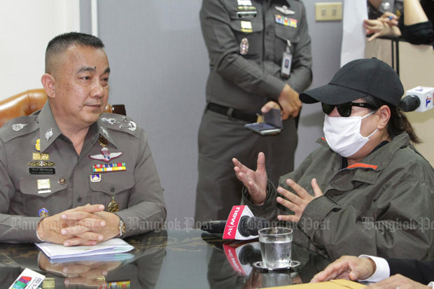 The mother of one of the young women allegedly forced into prostitution in Mae Hong Son talks to deputy national police chief Srivara Ransibrahmanakul in Bangkok on Tuesday. (Photo by Tawatchai Kemgumnerd)
