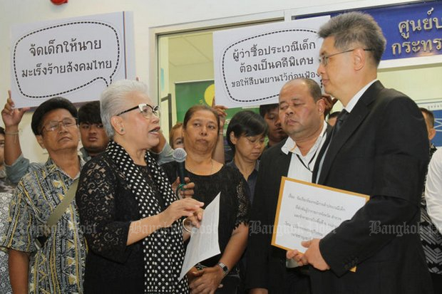Children and women's rights groups, led by child expert Ticha Na Nakorn, lodge a petition with permanent secretary for justice Charnchao Chaiyanukij, calling for the DSI to accept the Mae Hong Son sex scandal as a special case. (Photo by Tawatchai Kemgumnerd)
