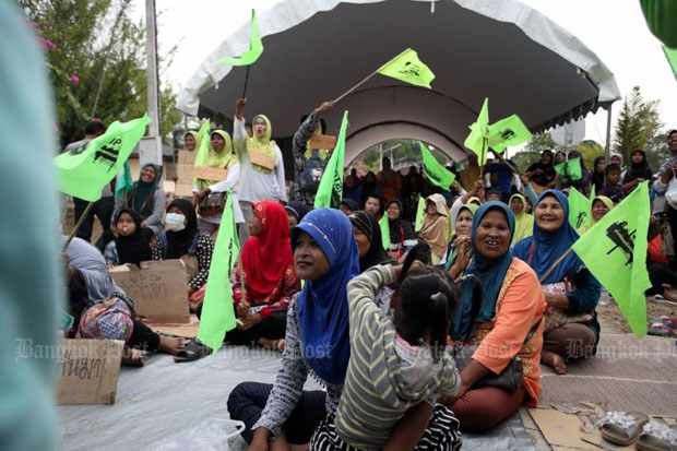 Opponents of the Pak Bara deep-sea port camp overnight at Ban Pak Bang School in Satun province to block the first public hearing of the Pak Bara port project which was supposed to be held in March. (Photo by Paritta Wangkiat)