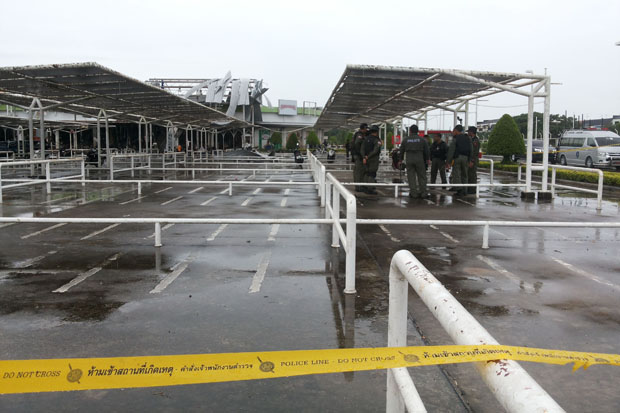 Security officials collected evidence related to Tuesday's bombings at the cordoned-off Big C superstore in Muang district, Pattani, on Wednesday. (Photo and video by Abdulloh Benjakat)