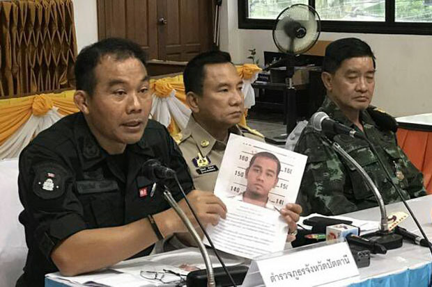 Pattani police chief Piyawat Chalermsri, left, shows a picture of Pattani native Makorseng Ma-ae, a prime suspect in Tuesday's bombing of the Big C Supercentre in Muang Pattani district. (Phobo by Abdulloh Benjakat)