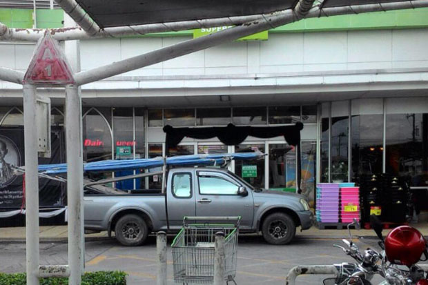The bomb-laden pickup truck parked directly in front of the Big C superstore in Muang Pattani district minutes for a maximum killing radius. (Photo from Abdulloh Benjakat)