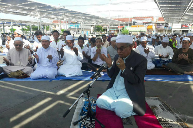 About 100 Islamic leaders in Pattani province pray for peace at the bombed Big C Supercentre in Muang district on Friday. (Photo by Abdulloh Benjakat)