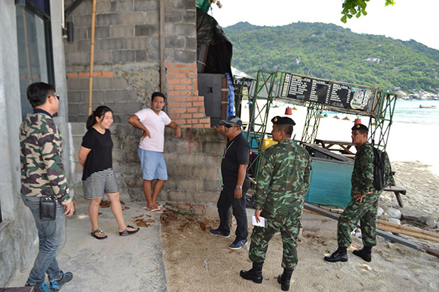Soldiers and authorities check on the legal status of restaurants built at Haad Rin on Koh Phangan in Surat Thani on Friday. (Photo by Supapong Chaolan)