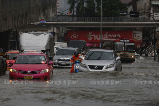 The situation at the Na Ranong junction heading to Rama III Road at 3.25pm on Saturday. (Photo by Pattarapong Chatpattarasill)