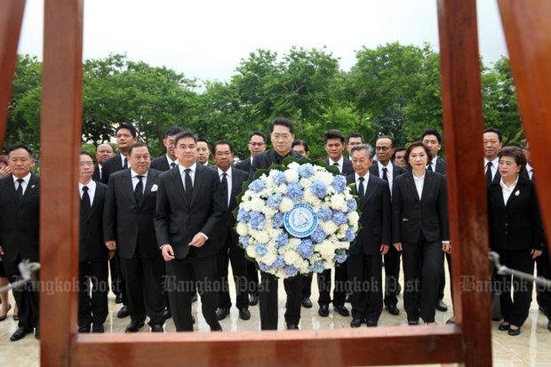 Democrat executives and ex-MPs lay a wreath before the statue of King Prajadhipok at parliament Tuesday - the former king's memorial day.. (Photo by Apichart Jinakul)