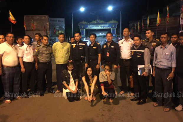 "Preeyanuch ""Preaw"" Nonwangchai, Kawita ""Earn"" Ratchada, and Apiwan ""Jae"" Sattayabundit, who allegedly killed 22-year-old Warisara Klinjui in Khon Kaen, are were handed over to Thai authorities on Saturday night. (Photo by the Thai-Myanmar Border Township Committee)"