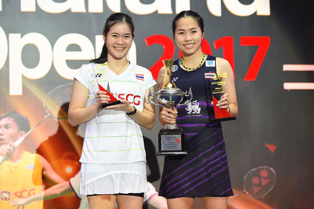 Ratchanok Intanon (right) holds the trophy after beating Busanan Ongbamrungphan to win the SCG Thailand Open in the women's singles final on Sunday.
