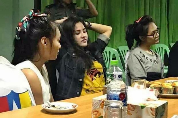 Accused killer Preeyanuch 'Preaw' Nonwangchai (centre) and two alleged accomplices were photographed after they surrendered to Myanmar police Saturday. Afterwards, they were turned over to Thai authorities at the Tachilek border crossing and later official charged with murder. (Photo supplied)