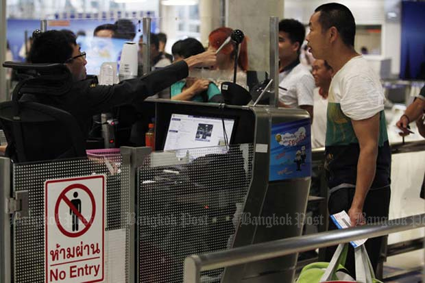 Foreign travellers queue at immigration on arrival at Suvarnabhumi airport. Under a proposal by the Tourism and Sports Ministry they will be required to show evidence of travel insurance, together with their passports. (Photo by Pattanapong Hirunard)