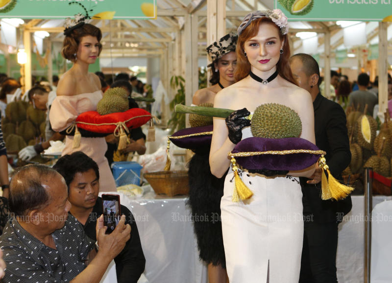 Models show Nonthaburi's durian at an auction held at the Durian Fair at Central Plaza Westgate in Nonthaburi on Saturday. (Photo by Pattarapong Chatpattarasill)