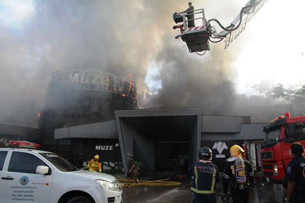 Firefighters put out the flames at the Muze pub in Pattaya City Monday evening. (Photo by Chaiyot Putpattanapong)