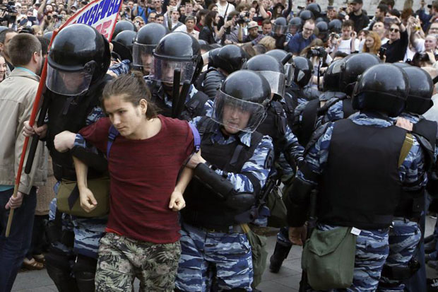 Russian police officers detain a participant of an unauthorised opposition action in Tverskaya street in central Moscow, Russia, on Russia Day, Monday. Russian liberal opposition leader and anti-corruption blogger Alexei Navalny has called his supporters to hold a protest in Tverskaya Street, which leads to the Kremlin, instead of the authorised by Moscow officials Sakharov avenue. Changing the location may provoke clashes with the police. (EPA photo)