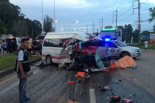 The van that veered across the road divide and crashed head-on with a pickup truck in Khao Chakan district, Sa Kaeo around dawn on Tuesday, killing 6 people and injuring 11 others. (Photo by Sawat Ketngam)