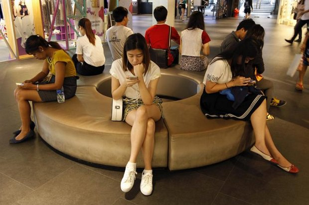 Teens and young adults often find the mall is a great place to watch streaming video. Experts on OTT are doubtful the regulators' plan to control internet content is viable. (EPA photo)
