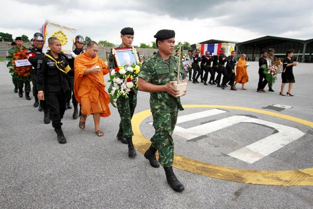 Soldiers and Buddhist monks take part in Wednesday's funerals for soldiers who were among six army troops killed by a roadside IED in Pattani on Monday. (Reuters photo)