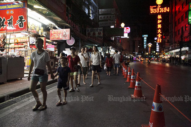 Traffic cones placed along Yaowarat Road, a top tourist spot renowned for street food, to ensure the safety of visitors, as part of the government's steps to regulate street food vending. (Bangkok Post photo file)