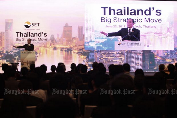 Prime Minister Prayut Chan-o-cha and Deputy Prime Minister Somkid Jatusripitak tried to pump up investment fever Thursday at the Big Strategic Move conference hosted by the Stock Exchange of Thailand. (Photo Thiti Wannamontha)