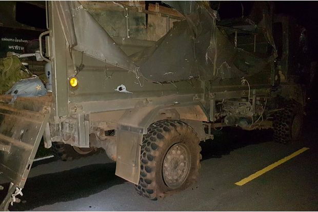 A military truck of the Narathiwat 30 task force was heavily damaged after being hit by a bomb in Sungai Kolok on Friday evening. Twelve soldiers and two civilians were hurt, one of them a four-year-old girl. (Photo by Wadaeo Harai)