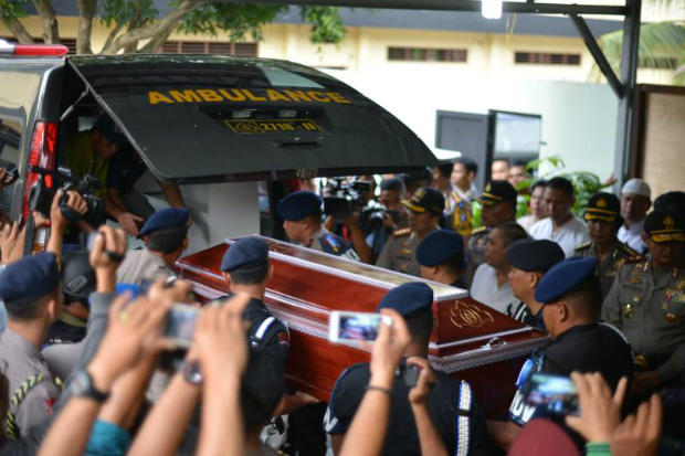 Police officers carry the coffin of Aiptu Martua, an Indonesian policeman killed by two alleged Islamic State fighters during the celebration of Eid al-Fitr, to an ambulance in the police hospital in Medan, North Sumatra, Indonesia, on Sunday. (EPA photo)