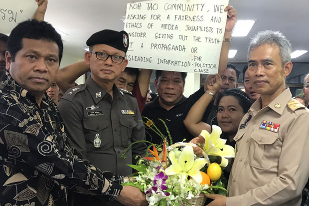 Surat Thani governor Auaychai Inthanak receives flowers from tourism operators on Koh Tao during a meeting on the island in Surat Thani province on Tuesday. (Photo by Supapong Chaolan)