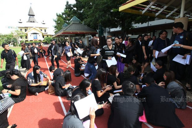 More than 800 master's graduates of Bangkokthonburi University (BTU) gather at the football field of Thammasat University in a protest against BTU executives after their bid for educational administrator licences was rejected. They also plan to take BTU to court for alleged fraud. (Photo by Thiti Wannamontha)