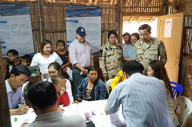 A diplomatic team visits Mae La refugee camp to ask residents there if they want to go back home to Myanmar. (Photo by Assawin Pinitwong)