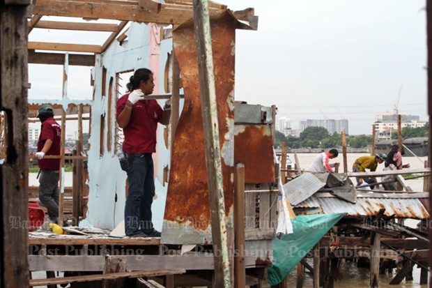 City Hall workers dismantle stilt houses in the Khiew Khai Ka riverside community. The clearance, scheduled for completion before August, is part of attempts to make way for the riverside promenade project. (Photos by Apichart Jinakul)