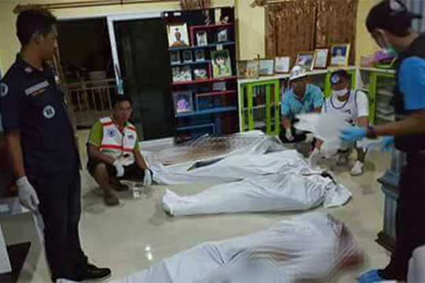 Rescue workers prepare to remove the bodies of the family murdered by gunmen overnight at their home in Krabi's Ao Luk district. (Photo taken from Khon Khon Khao Koopai (rescue news search) Facebook page)