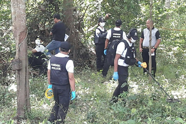 Security authorities examine the scene where bombing suspect Paoyee Tasamoh was shot dead, in Muang district of Pattani on Friday. (Photo by Abdulloh Benjakat)