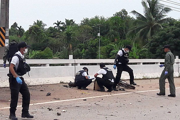 Bomb and forensic experts inspect the scene of a motorcycle bomb blast on a bridge in Sungai Kolok district on Saturday morning. (Photo by Waedao Harai)