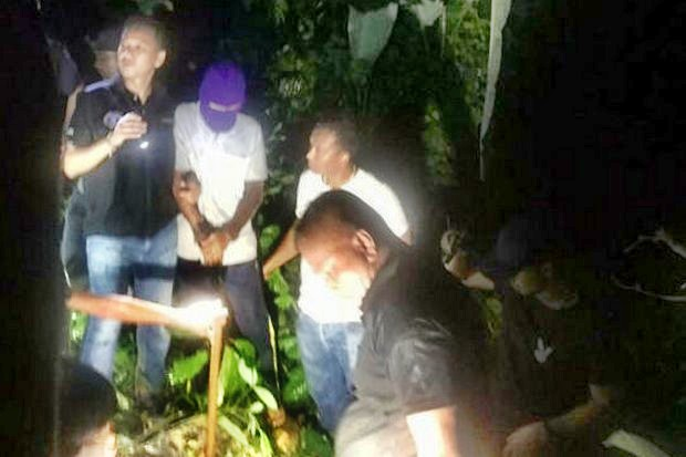 Eyewitnesses including employees of the accused massacre masterminds, seen here (purple hat) with police at the spot where they dumped vehicles and weapons, are the key to sorting out the eight-year family feuds that ended last week in bloodshed. (Photo courtesy Royal Thai Police)