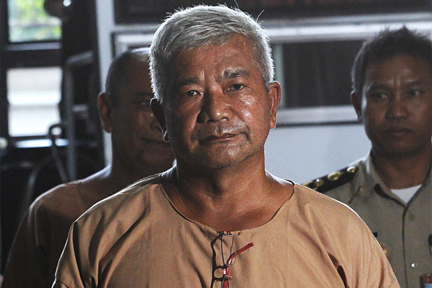 Lt Gen Manas Kongpan arrives at the Criminal Court on Nov 10, 2015. (AP file photo)