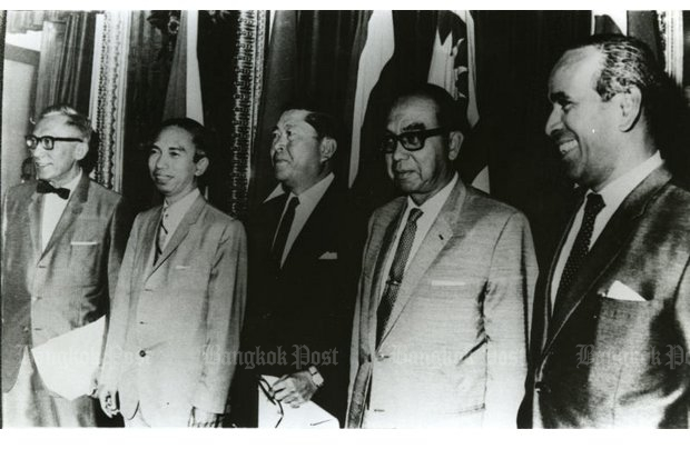 Thanat Khoman (centre) with the foreign ministers of the other four nations responsible for forming Asean at a Bang Saen conference in 1967. From left, Philippine foreign secretary Narcio Ramos, Indonesian foreign minister Adam Malik, Thanat, Malaysian deputy premier Abdul Razak and Singapore foreign minister S. Rajaratnam. (Bangkok Post file photo)