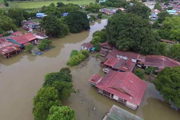 Residents in Ayutthaya province have suffered from the flood as of Friday. (Photo by Sunthorn Pongpao)