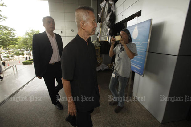 Chamlong Srimuang, 82, former co-leader of the anti-Thaksin People's Alliance for Democracy, arrives at the Court of Appeal on Monday to hear the verdict on the 2008 seizure of Government House, led by him and five others. (Photo by Pornprom Satrabhaya)