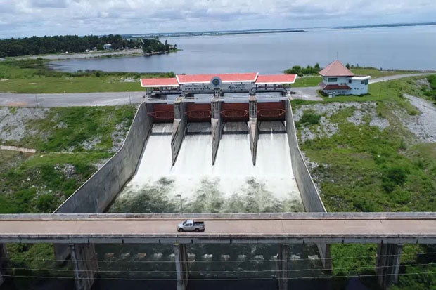 Officials increase the discharge rate of the Lampao dam in Kalasin province on Monday to prepare for more water from storm Sonca. (Photo by Yongyuth Pupuangpet)