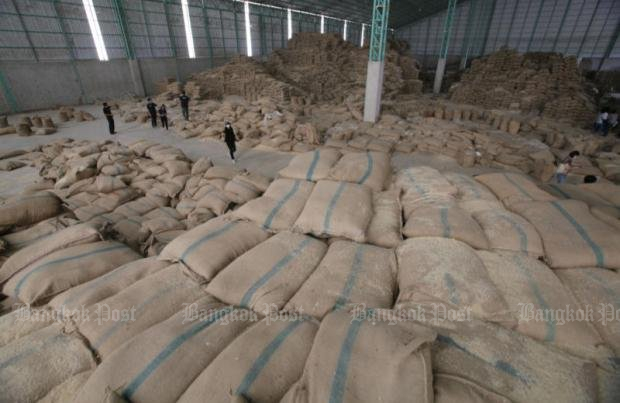 Public Anti-Corruption Commission officials led by secretary-general Prayong Preeyajit inspect rice stocks at a warehouse in Sukhothai's Si Samrong district as part of the investigation into alleged tampering of rice stocks. (Photo and video by Apichit Jinakul)