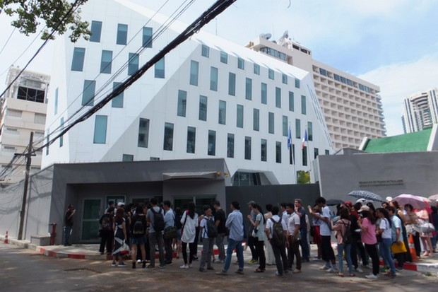 Thais queue in front of the French embassy on Charoen Krung Road. (File photo)