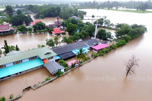 A school is inundated by flooding which overflowed the nearby Klong Chompoo in Noen Maprang district, Phitsanulok. The situation was compounded by the water runoff from the mountains as downpours continued to pound many provinces in the North and Northeast. (Photo by Chinnawat Singha)
