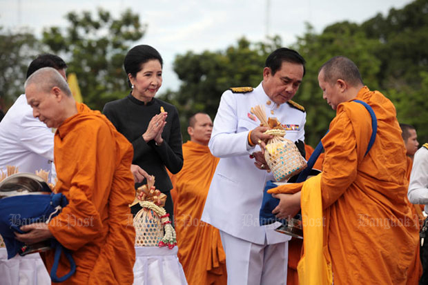 Prime Minister Prayut Chan-o-cha and his wife Naraporn offer alms to monks at the Royal Plaza in a ceremony marking the birthday of Majesty the King Maha Vajiralongkorn Bodindradebayavarangkun. (Photo by Chanat Katanyu)