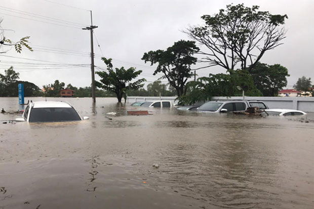 Vehicles parked at the Hop Inn hotel in Muang district of Sakon Nakhon are submerged after floods hit the province on Thursday. (Photo from @K5_Rescue Twitter account)